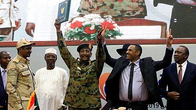 La oposición civil sudanesa y la junta militar ratifican la nueva Constitución