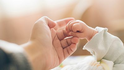 Tener hijos en 2021: los permisos iguales e intransferibles para madres y padres son ya una realidad en España