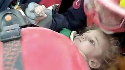 Rescatan a dos menores sepultadas bajo los escombros en Esmirna 65 horas después del terremoto