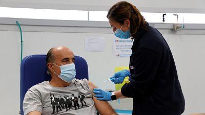 Sanidad acuerda con las comunidades suspender la vacunación con AstraZeneca en menores de 60 años