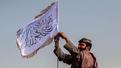 """Los talibanes prometen una amnistía general y afirman que las mujeres podrán trabajar y estudiar """"según la ley islámica"""""""