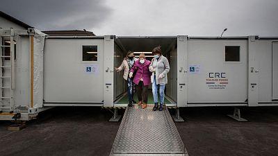En taxi, hospital móvil y a baja temperatura: el viaje de la vacuna de la COVID-19 por la España rural