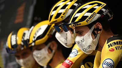 "El pelotón del Tour de Francia dice ""No al racismo"""