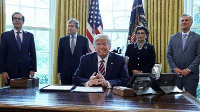 Trump sugiere inyectar desinfectante o aplicar luz solar para curar a pacientes con coronavirus