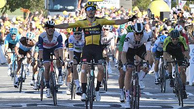Van Aert gana al 'sprint' y Alaphilippe pierde el amarillo por una sanción