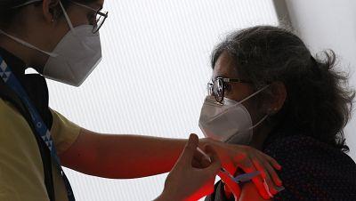 Varias comunidades autónomas suspenden la vacunación con los lotes investigados de AstraZeneca