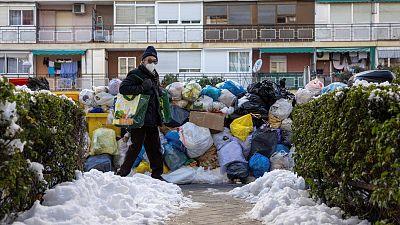 """Madrid, seis días después de la gran nevada: """"Mi calle es una placa de hielo y hay montañas de basura de dos metros"""""""