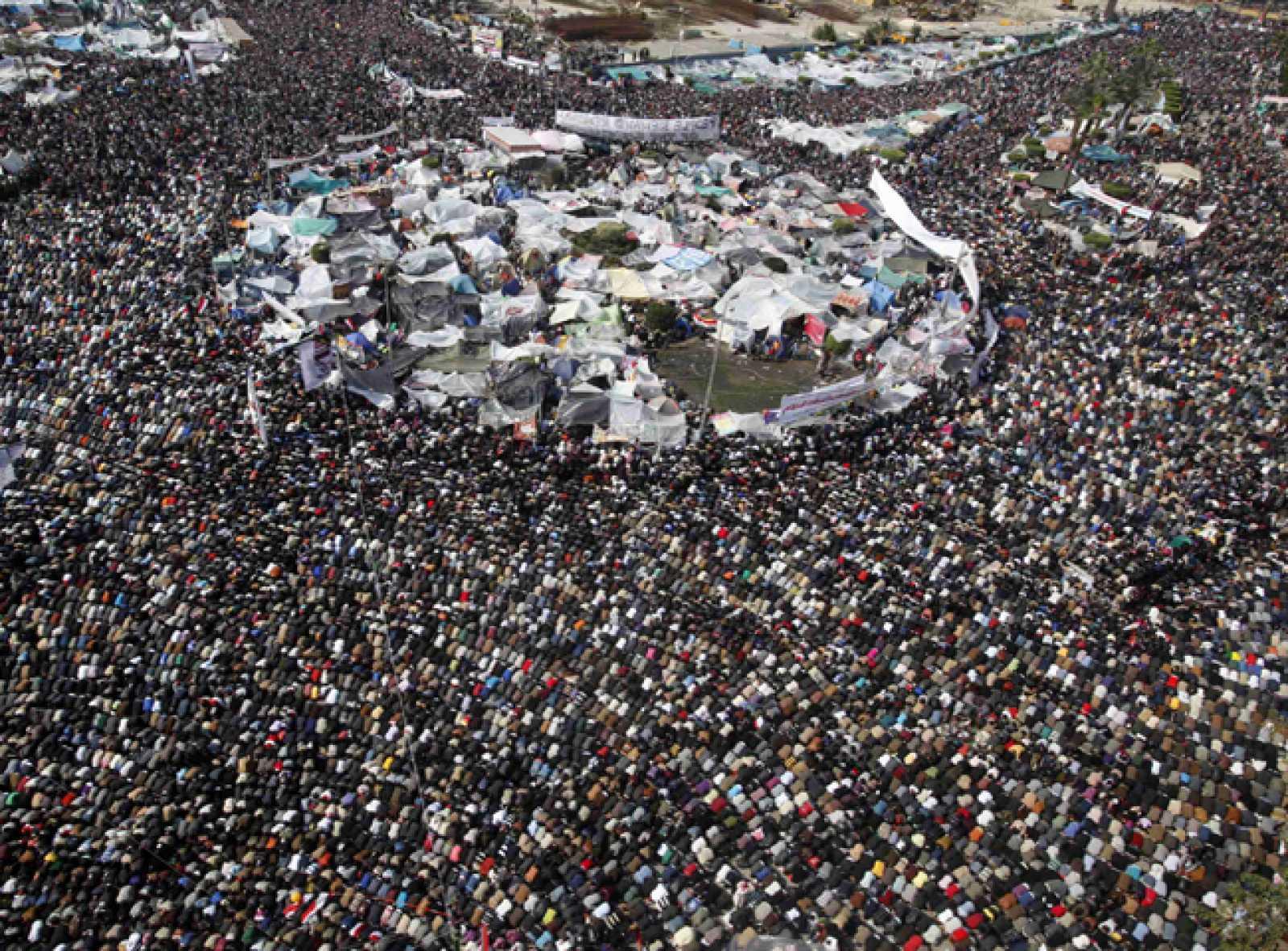Una multitud se ha sumado a los manifestantes de la Plaza de la Liberación para el rezo del viernes