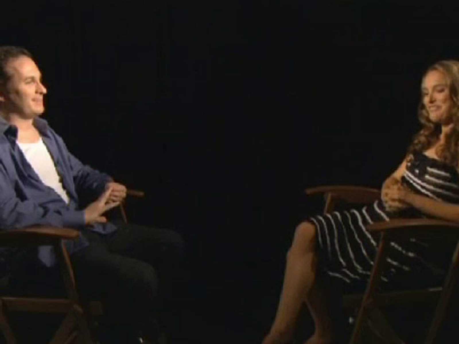 Os ofrecemos una divertida conversación, en exclusiva, entre Darren Aronofsky, director de 'Cisne negro' y la protagonista de la película, Natalie Portman, que anoche se alzó con el Bafta a la mejor actriz por su papel en esta película. Ambos conve