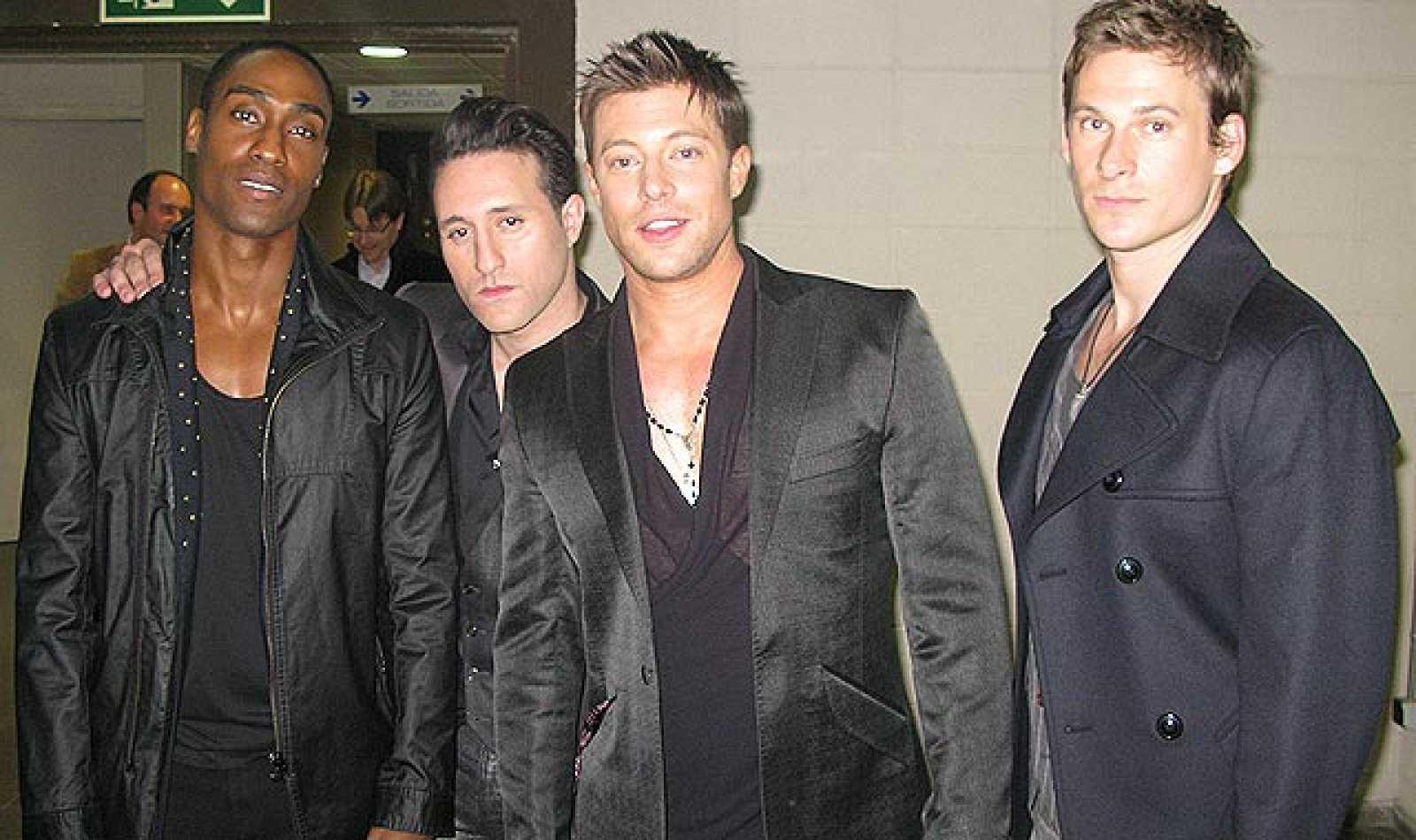 Los representantes británicos en Eurovisión 2011, Blue, han estado en Destino Eurovisión para interpretar su tema 'Breathe easy' .