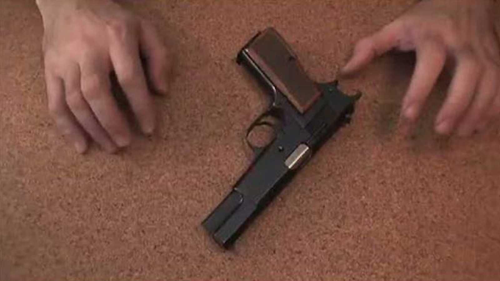 Dirigido por Alfonso de Lucas. Sinopsis: El desarrollo de la obsesión delirante de un individuo. Su arma de fuego que adquiere vida...