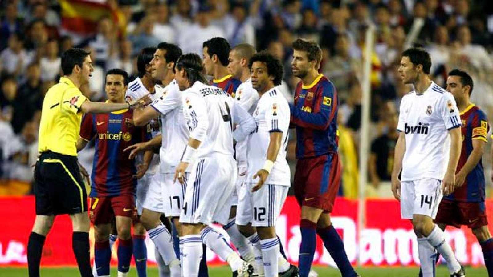La disputa de un balón en la frontal del área del Madrid hace saltar chispas entre dos jugadores que son compañeros en la selección