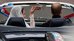 """Guillermo sale del palacio en un Aston Martin con la placa de """"recién casados"""""""