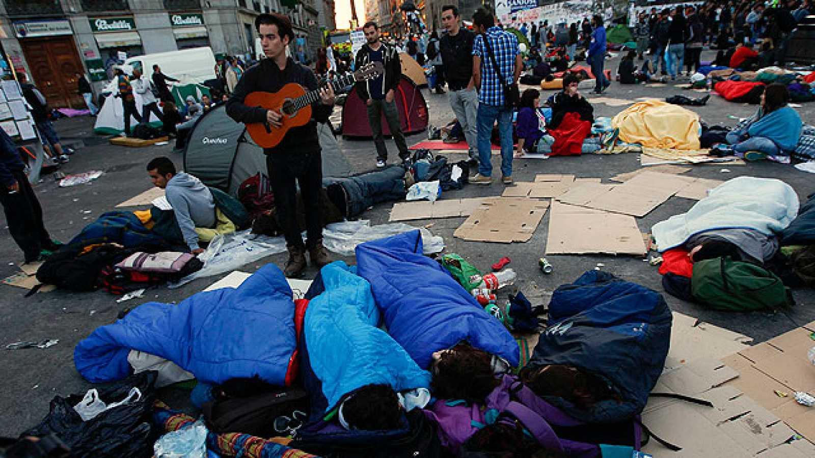 Cientos de personas pasan la noche en acampadas