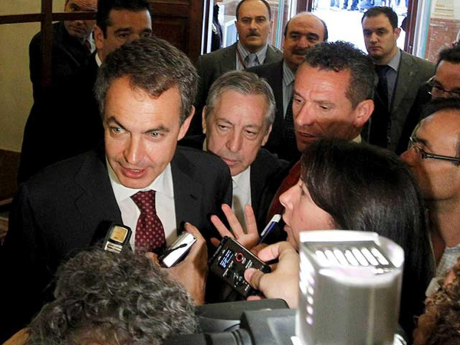 Patxi López mantiene el pulso a favor de un congreso y Zapatero insiste en las primarias