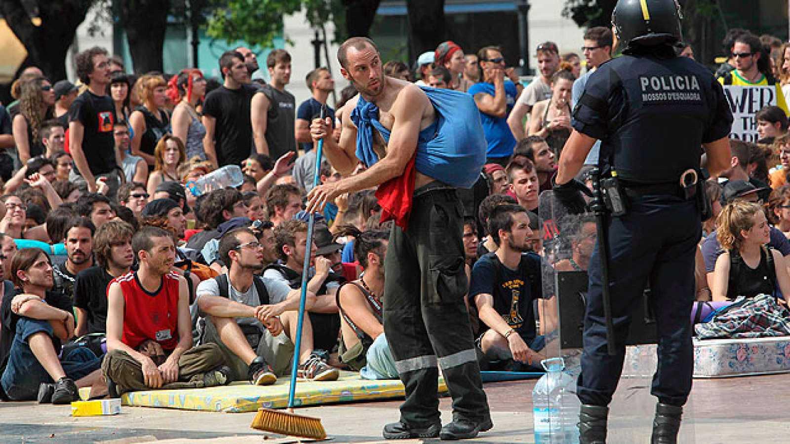 La Plaza de Cataluña vuelve a estar llena de gente tras el desalojo de esta mañana