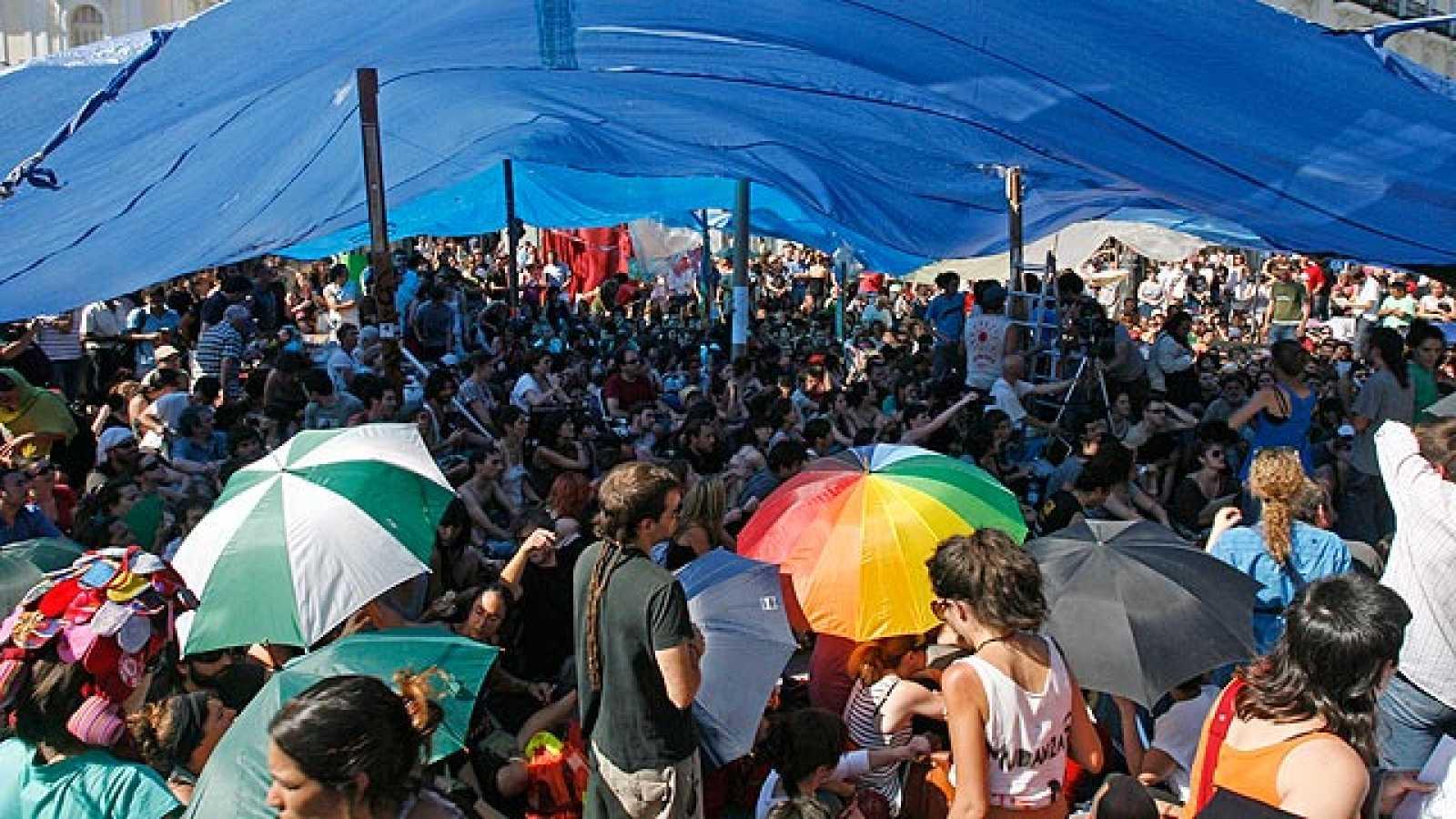 Los 'indignados' de Madrid han levantado este domingo la acampada  en la Puerta del Sol bajo el lema 'No nos vamos, nos expandimos'