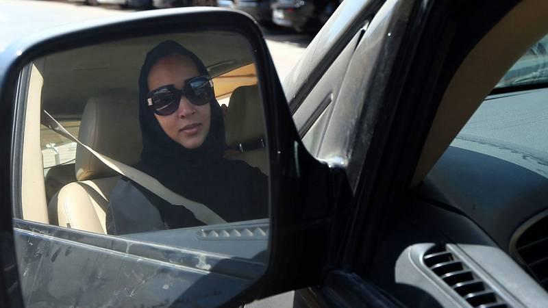 Las mujeres saudíes desafían la prohibición de conducir poniéndose al volante y colgando los vídeos en internet