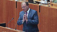 El candidato del PP a la Junta de Extremadura, José Antonio Monago, hace un guiño a IU en el debate de investidura