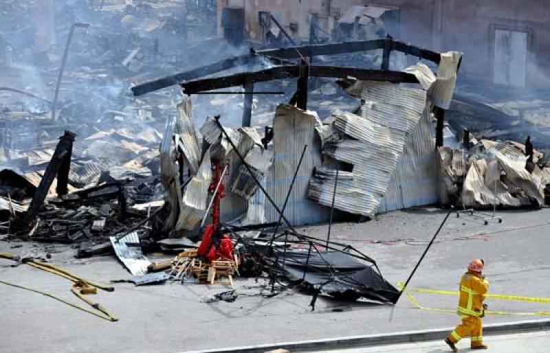 Dos centenares de bomberos luchan contra el fuego en los estudios Universal de Los Ángeles (1/06/08).