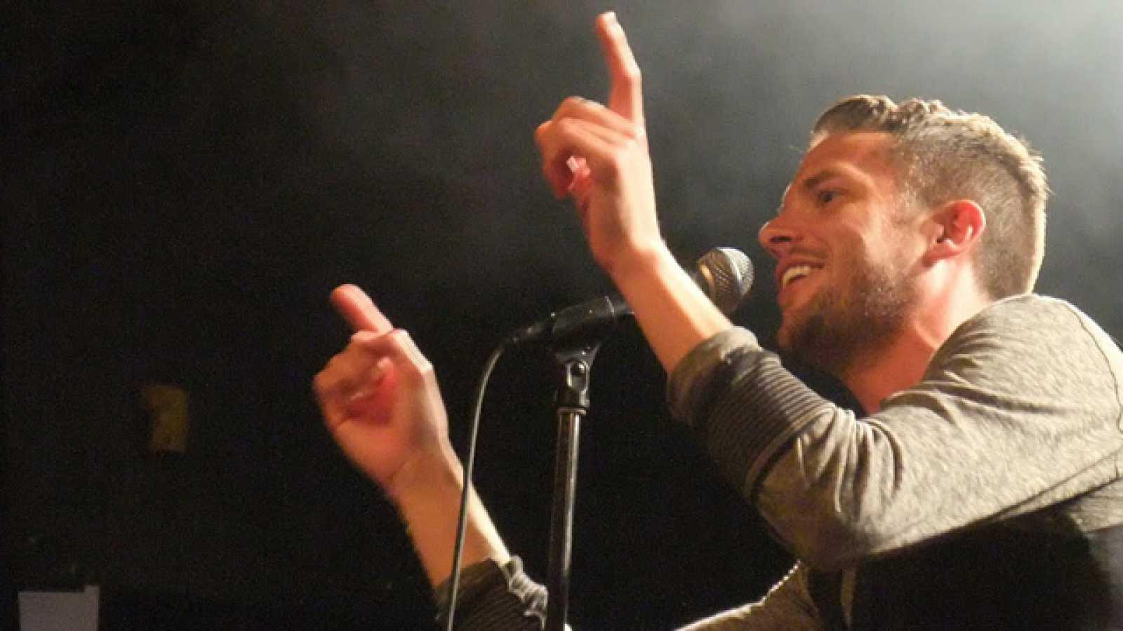 El vocalista de The Killers ofreció una gran actuación en Benicàssim para presentar su material en solitario, acompañado de una impresionante banda (15/07/11).