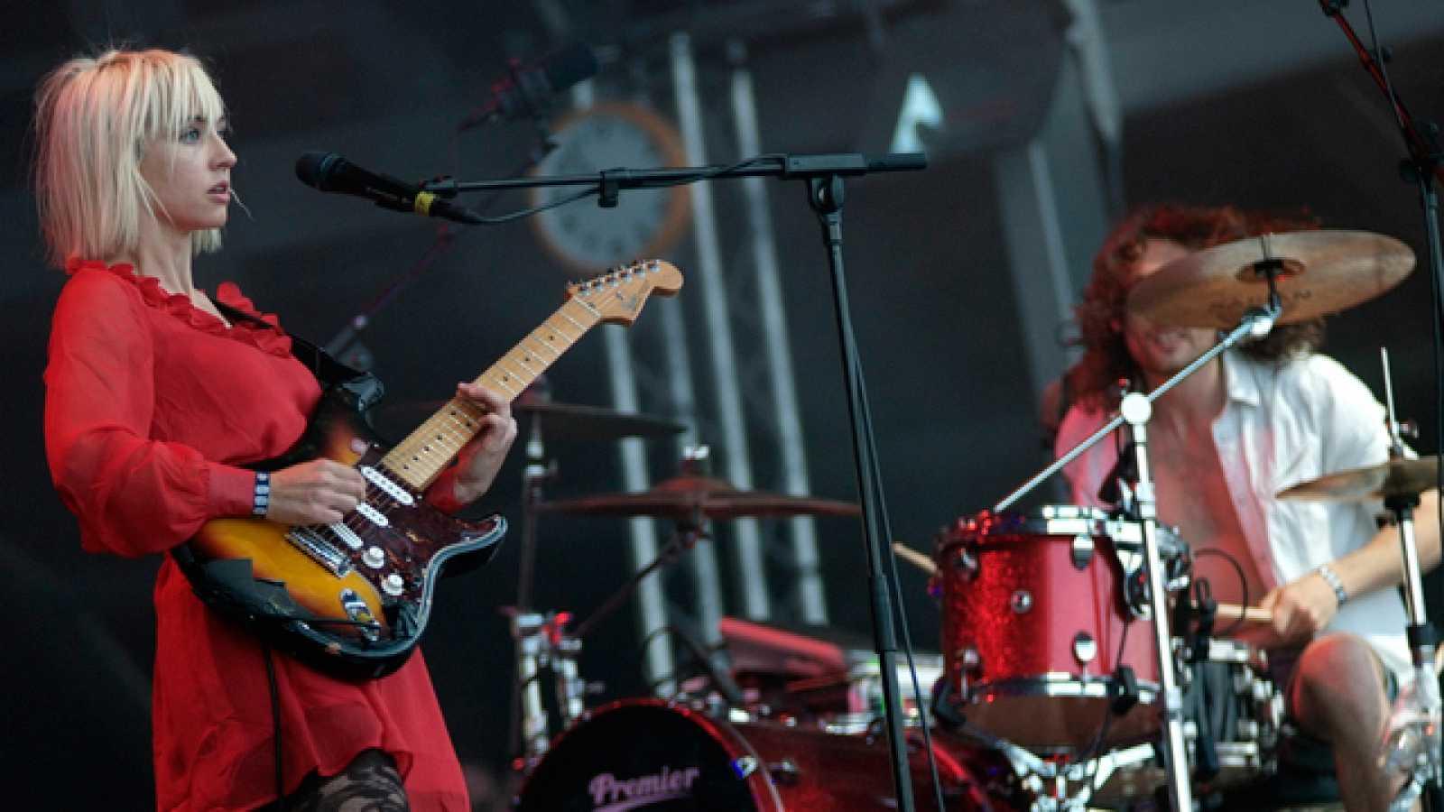 The Joy Formidable ofrecieron un enérgico concierto para presentar el domingo en Benicassim las canciones de su disco debut, 'The big roar' (17/07/11).