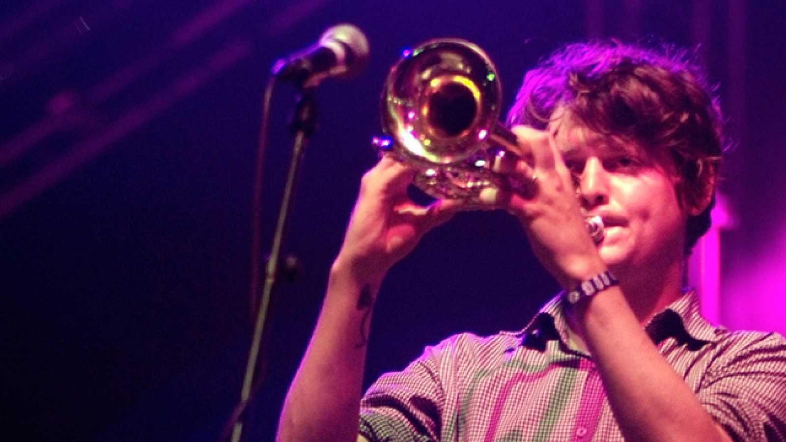 El grupo estadounidense ofreció un impresionante concierto en la jornada del sábado en el Festival de Benicassim. Trompetas, acordeones y las melodías envolventes salidas de la cabeza de Zach Condon dieron vida a una actuación memorable (16/07/11).