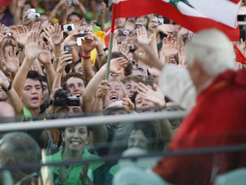 Los peregrinos han esperado durante horas junto a las vallas para ver al Papa