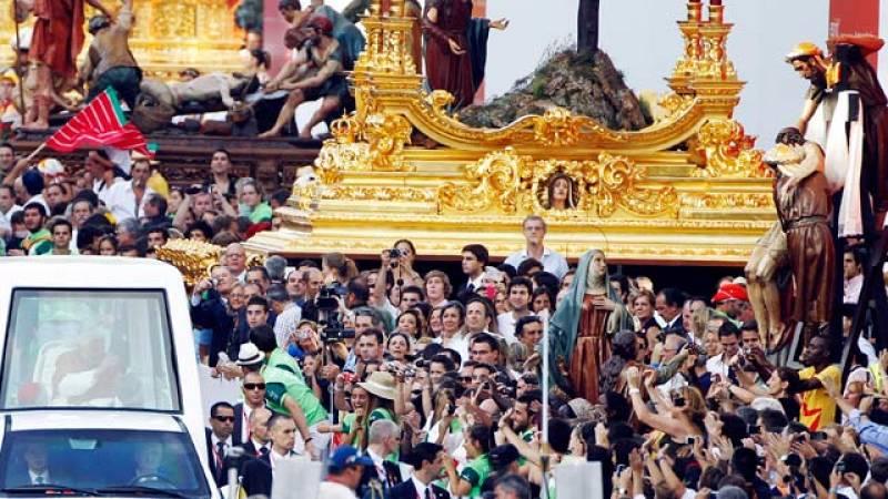 El papa preside el via crucis