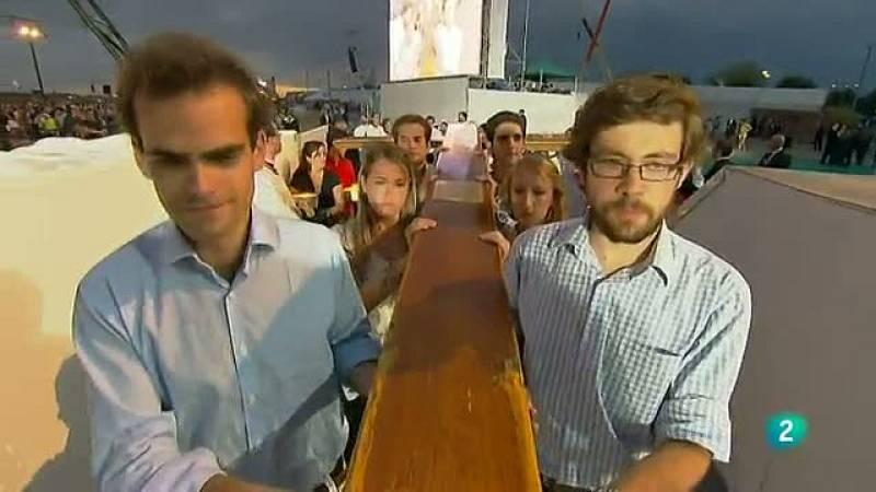 La vigilia del papa en Cuatro Vientos ha comenzado con la entrega por parte de varios jóvenes de la Cruz de la Jornada Mundial de la Juventud