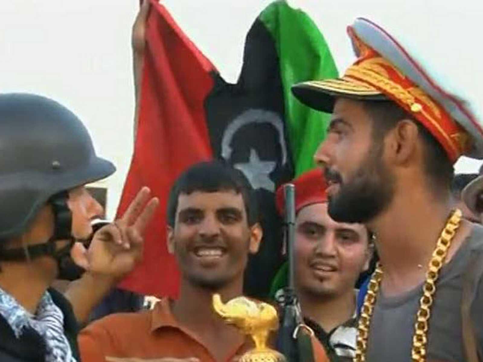 Declaraciones de uno de los combatientes rebeldes libios que ha entrado en el dormitorio de Gadafi en Bab al Aziziya
