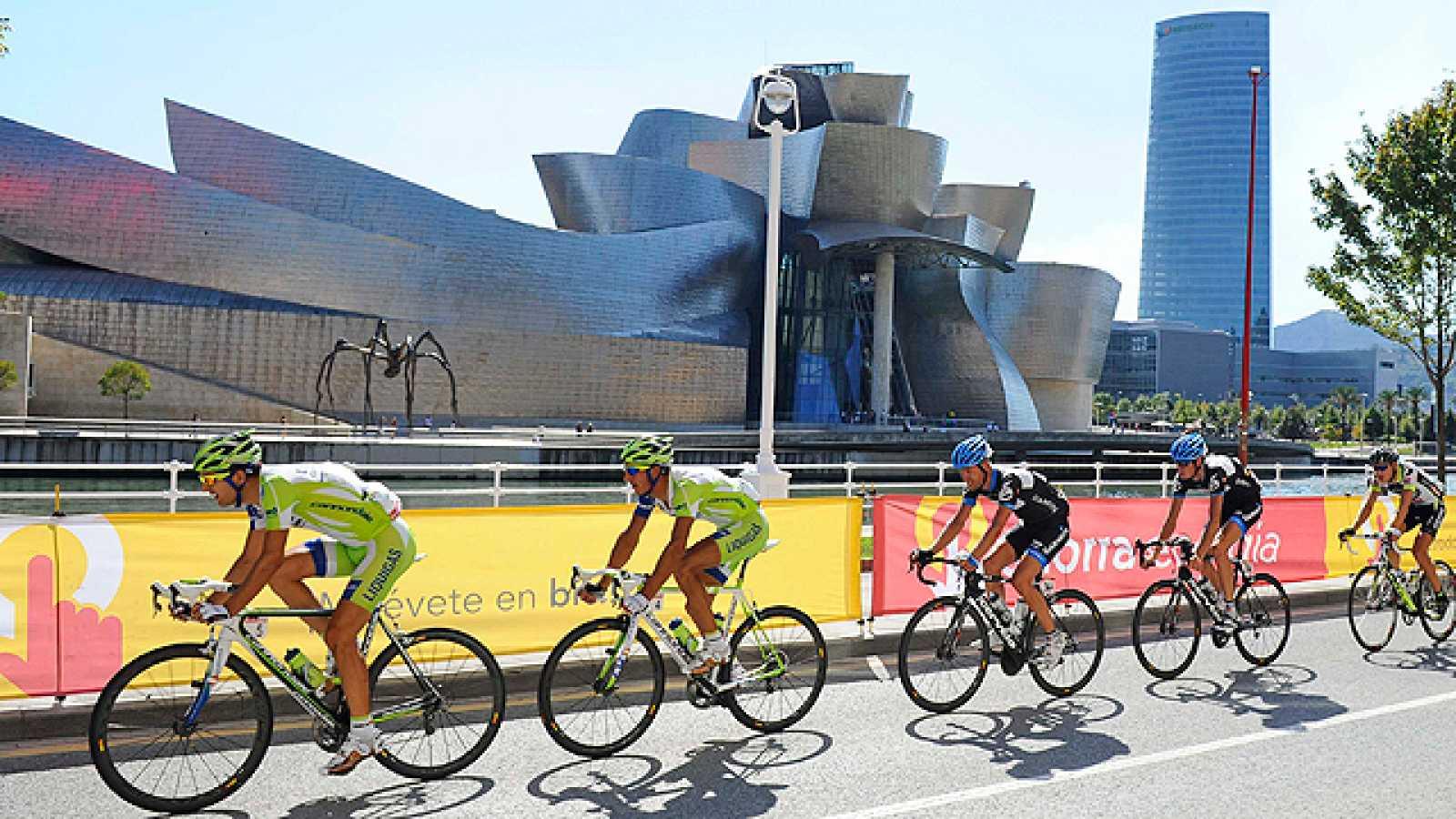 Si la llegada de la Vuelta 2011 a Bilbao fue ejemplar en cuanto a público, la salida desde la capital vizcaína no ha sido menos. Ha sido una salida como las que acostumbramos a ver en el Tour de Francia.