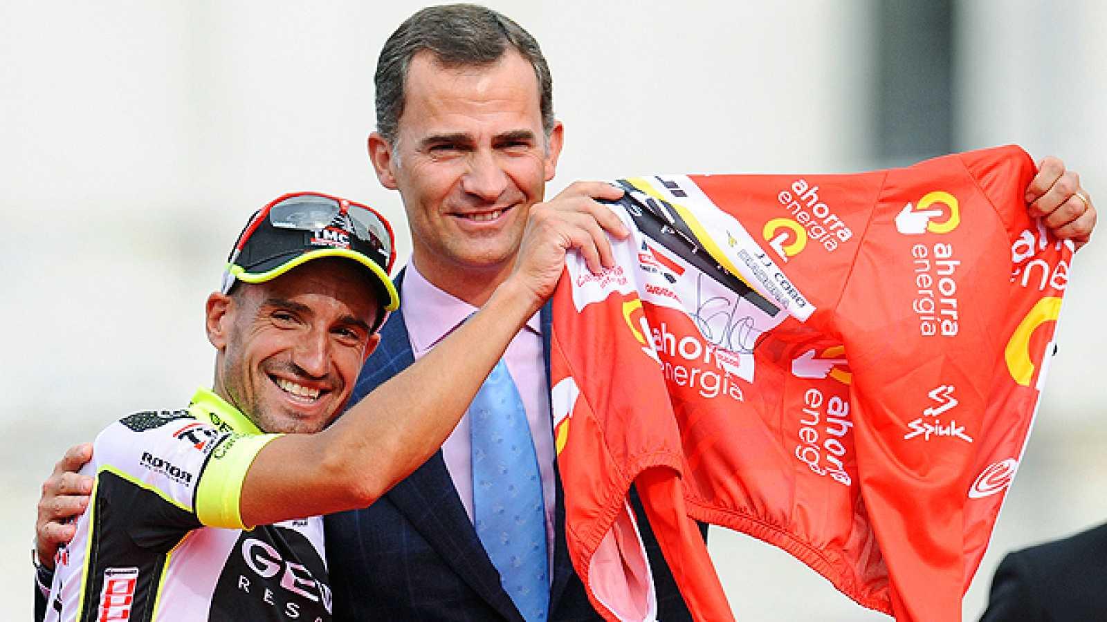 El himno español sonó finalmente en el podio de Cibeles en homenaje al campeón a Juanjo Cobo. Dos británicos: Chris Froome y Bradley Wiggins acompañaron al cántabro en el cajón.