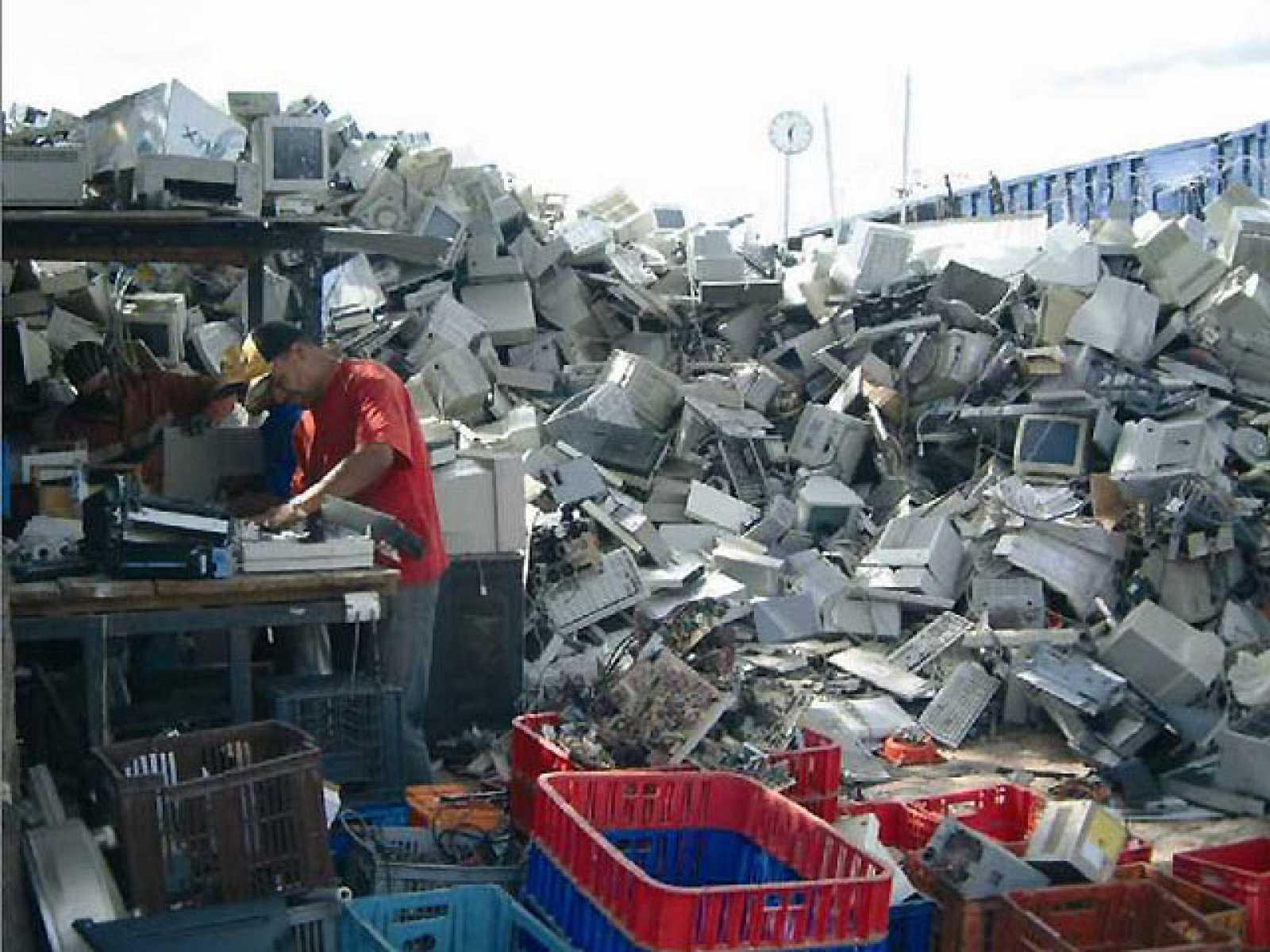 Los españoles pagan alrededor de 300 millones de euros al año para que se reciclen nuestros electrodomésticos y ordenadores, a pesar de que en la inmensa mayoría de los casos (en un 80%, aproximadamente) acaban en descampados, chatarrerías o desguace