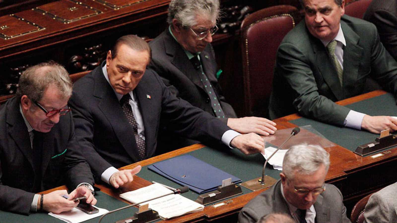 El primer ministro italiano, Silvio Berlusconi, ha perdido la mayoría en el Parlamento en una votación decisiva que le pone al borde de la dimisión después de haber sido abandonado por varios de sus diputados.