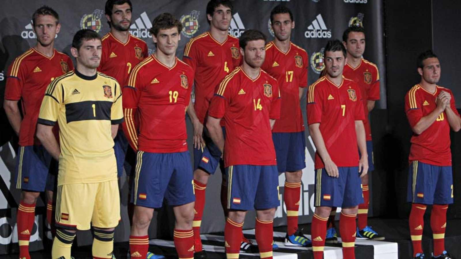 La selección española de fútbol presenta la camiseta que lucirá a partir de ahora en los siguientes compromisos y durante la Eurocopa 2012, con nuevo lema: El pasado no importa, hay que empezar de cero.