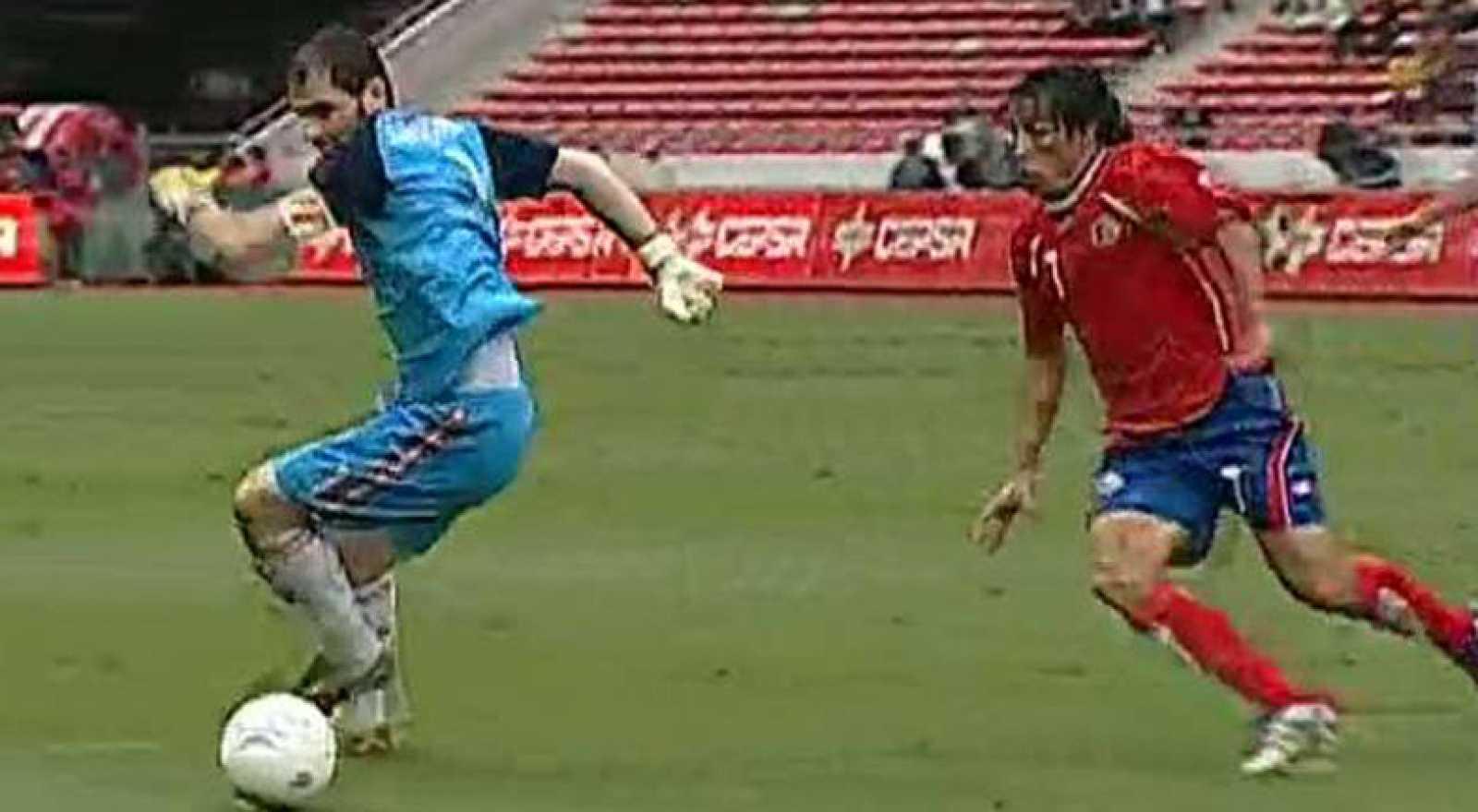 Costa Rica sorprende a España con un gol de Randall Brenes, que aprovechó un fallo en la salida con los pies de Iker Casillas.