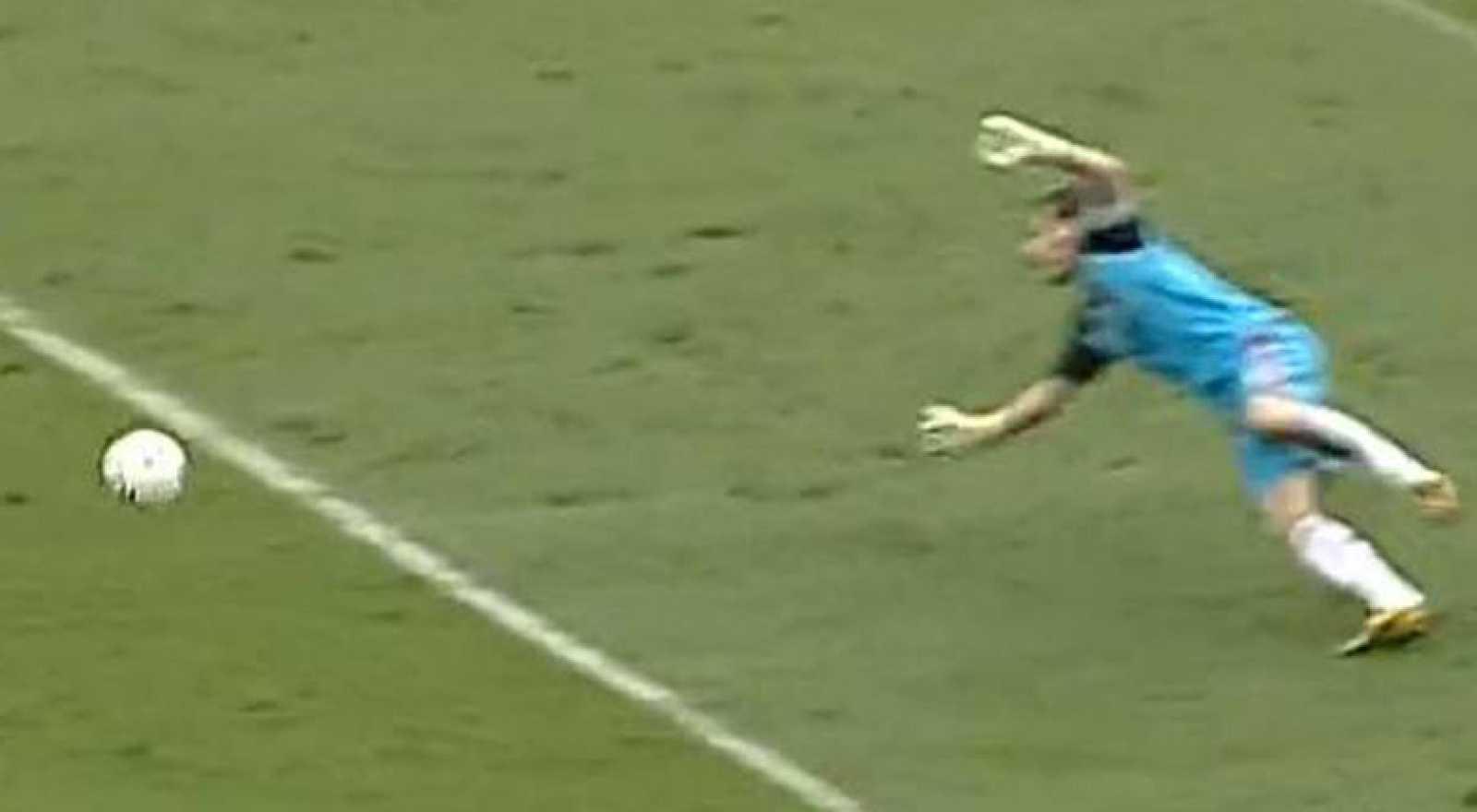 El delantero costaricense marca con un disparo colocado desde fuera del área, lejos de las manos de Casillas, que no puede evitar el tanto con su estirada.