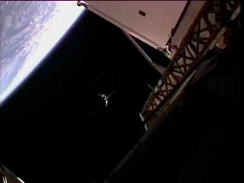 La nave rusa Soyuz TMA-22, con tres tripulantes a bordo, se ha acoplado con éxito este miércoles a la Estación Espacial Internacional (ISS) y ha disipado los temores originados por una serie de fracasos en el sector aeroespacial ruso.La nave, tripul