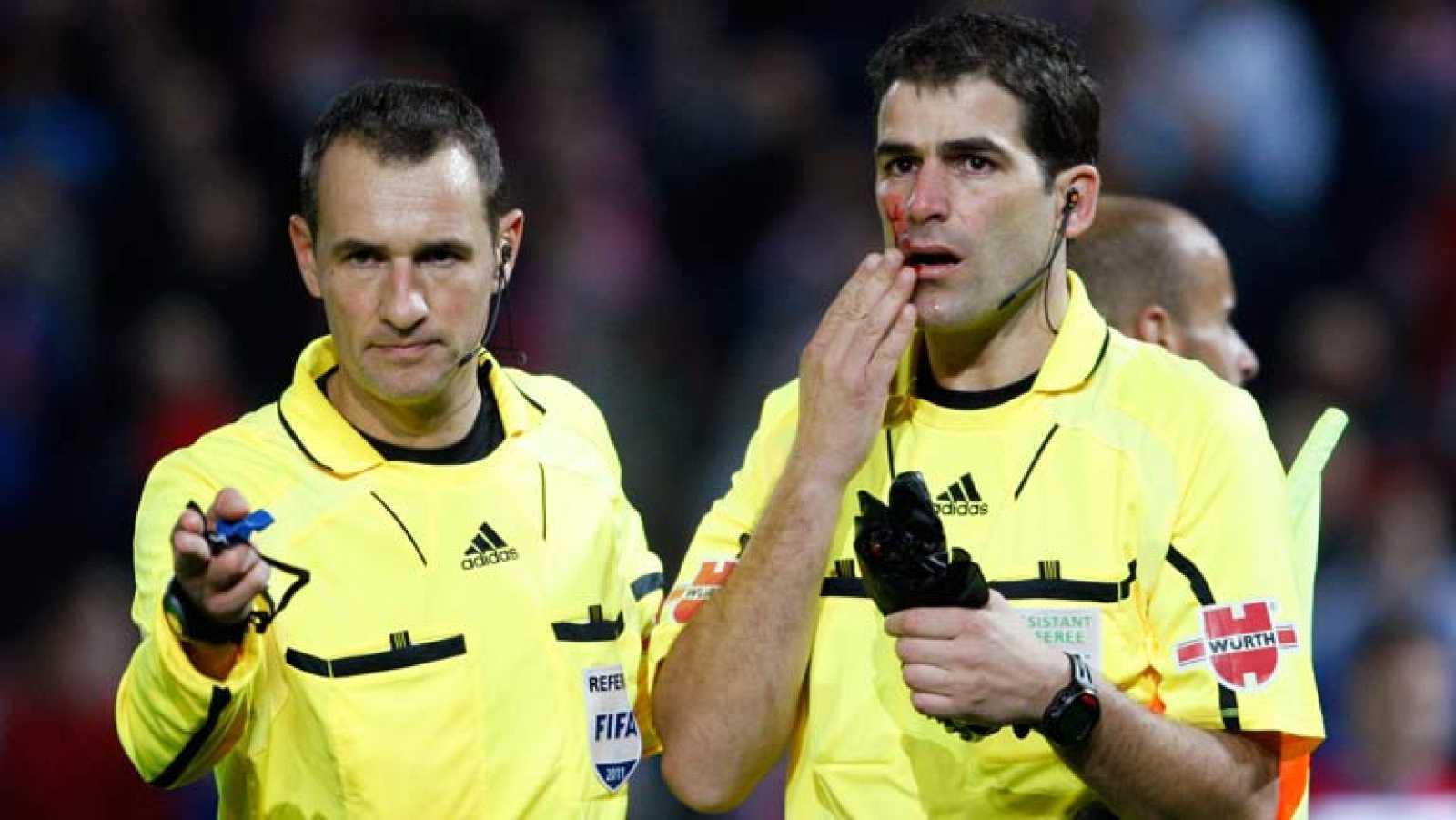 Un paraguas ha alcanzado al asistente, Xavi Aguilar, en el minuto 64. Aguilar comenzó a sangrar y Clos Gómez decidió suspender el partido Granada-Mallorca. El marcador era en esos momentos de 2-1. El agresor ha sido detenido.