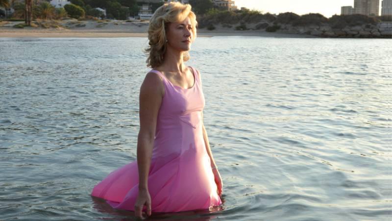 """""""La mujer y la tierra"""" ha concluido con una escena que ya apunta a convertirse en la más memorable de la temporada: Mercedes, con un vestido rosa, recorre una playa solitaria y se adentra en el mar, lentamente, mientras despunta el día. De fondo, la"""