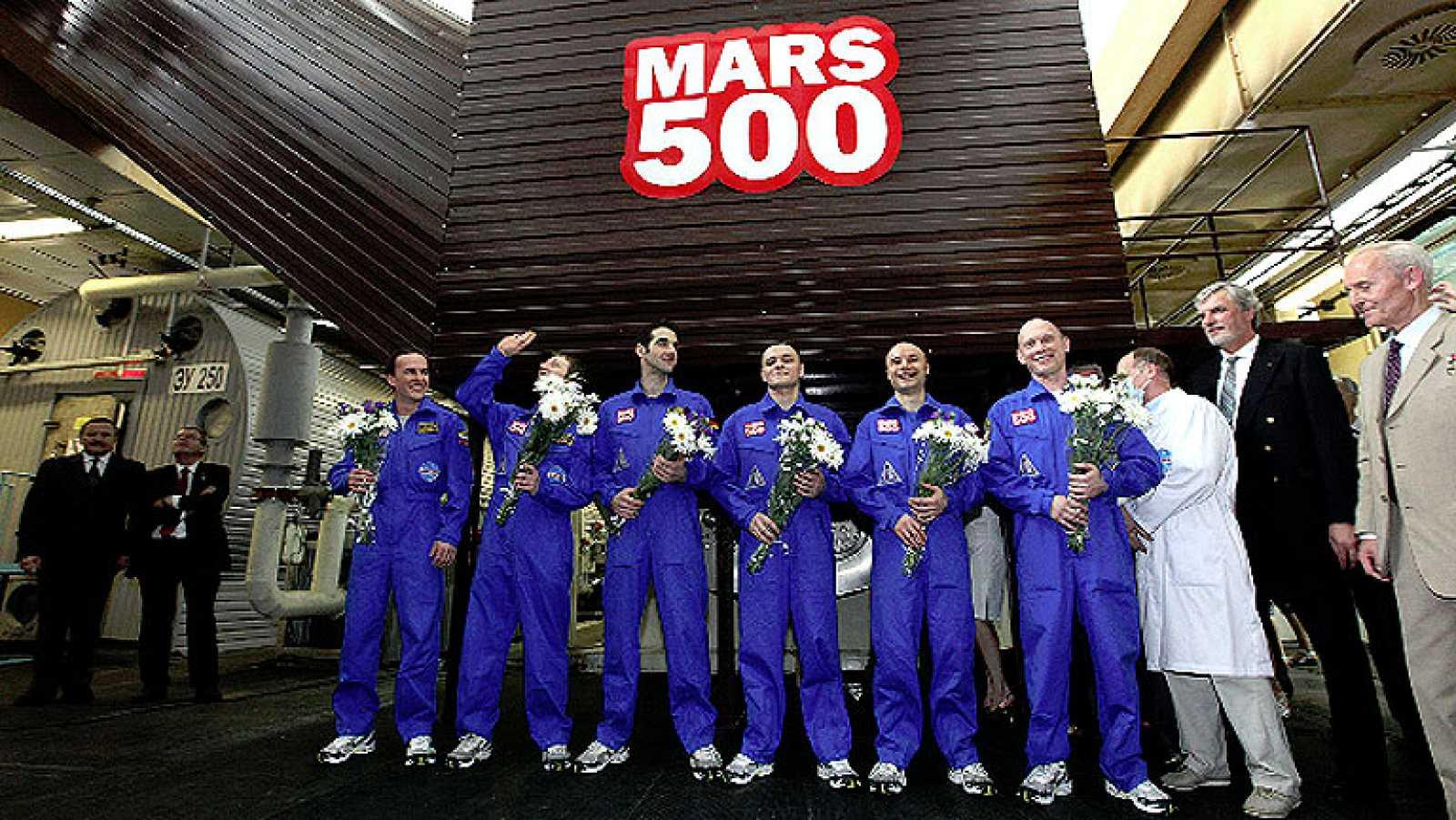 """500 días metidos en una cápsula para simular el viaje a Marte. Ese ha sido el particular reto de un grupo de """"astronautas"""" que, sin salir de la Tierra, han hecho frente a las penalidades de un viaje al 'planeta rojo'."""