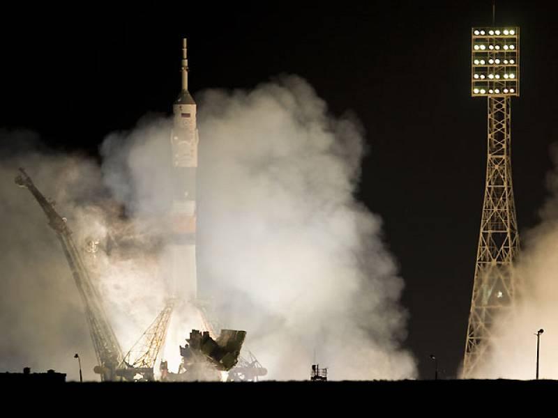 La nave rusa Soyuz TMA-03M con tres tripulantes a bordo, un ruso, un holandés y un estadounidense, despegó hoy rumbo a la Estación Espacial Internacional. El lanzamiento de la nave se produjo las 13.13 GMT desde el cosmódromo kazajo de Baikonur, en