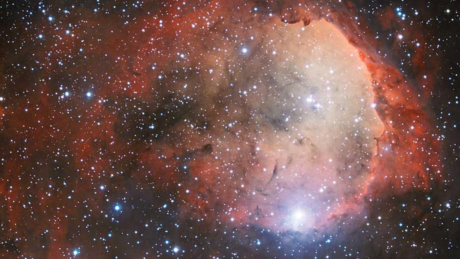 Esta nueva imagen muestra una guardería de estrellas llamada NGC 3324, que tiene la particular forma de un rostro de perfil. Fue tomada utilizando el instrumento Wide Field Imager instalado en el telescopio MPG/ESO de 2,2 metros de ESO, en el observa