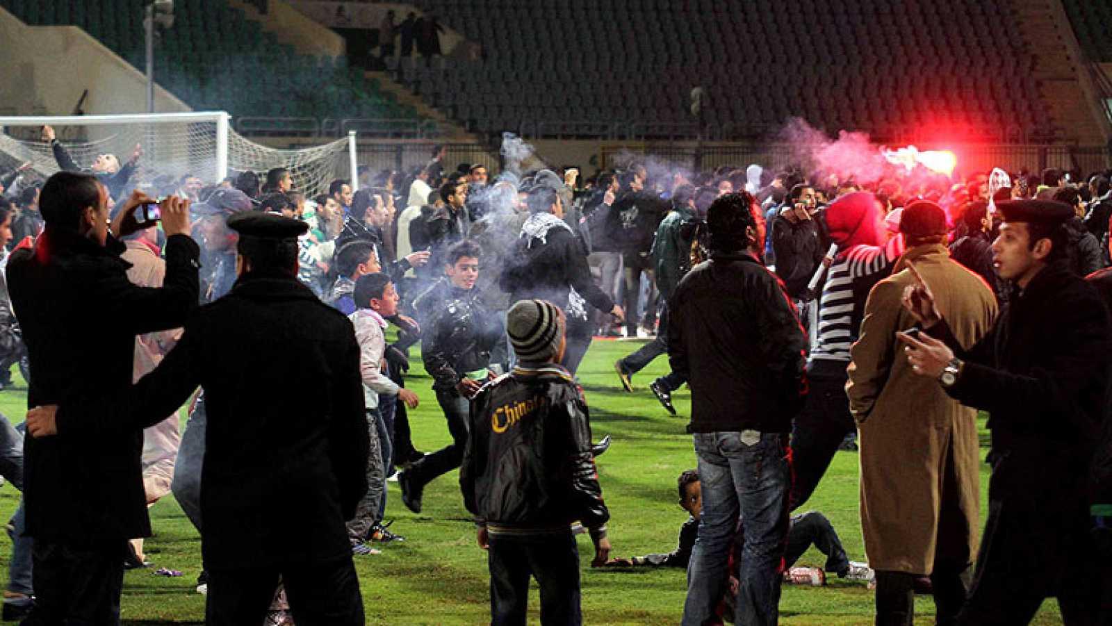 La mayor tragedia del fútbol egipcio deja 74 muertos en un país convulso