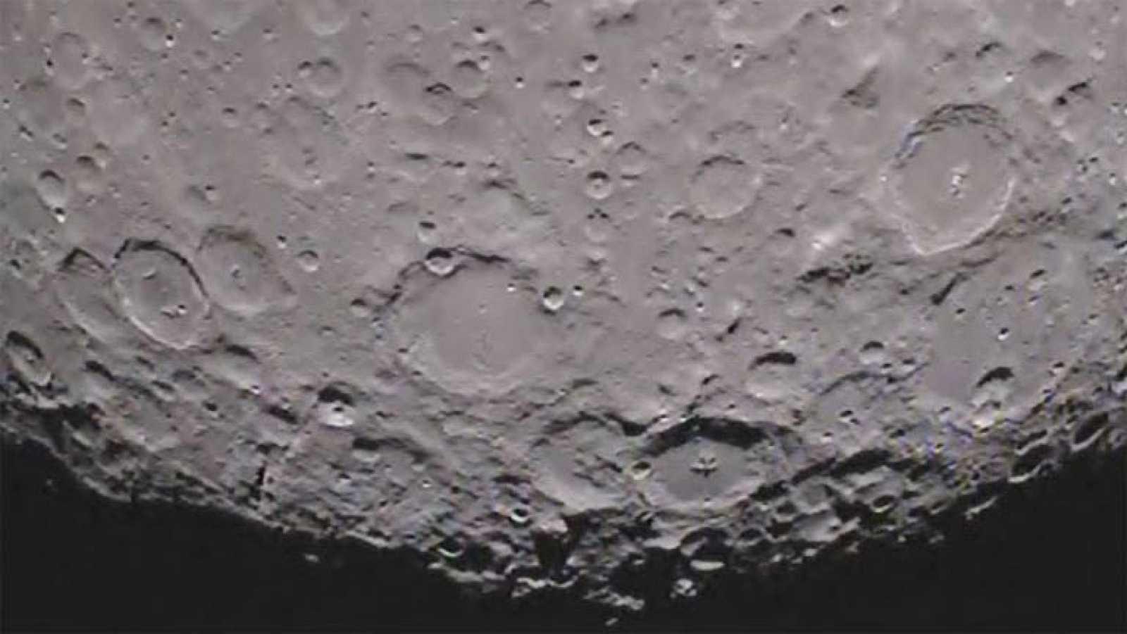Una cámara a bordo de una de las sondas gemelas de la misión GRAIL de la NASA ha grabado por primera vez en vídeo la cara oculta de la luna. En las imágenes, el polo norte lunar aparece en la parte superior de la pantalla. Según informa la NASA, un