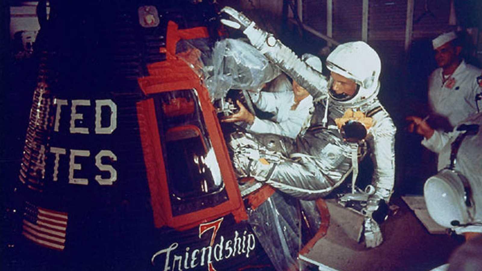 El 20 de febrero de 1962, un cohete Atlas despegó con éxito  llevando a bordo a John Glenn y la respuesta de Estados Unidos al  hito soviético de Yuri Gagarin. 'Amistad 7', la primera misión  orbital tripulada de la NASA condujo a los estadounidens