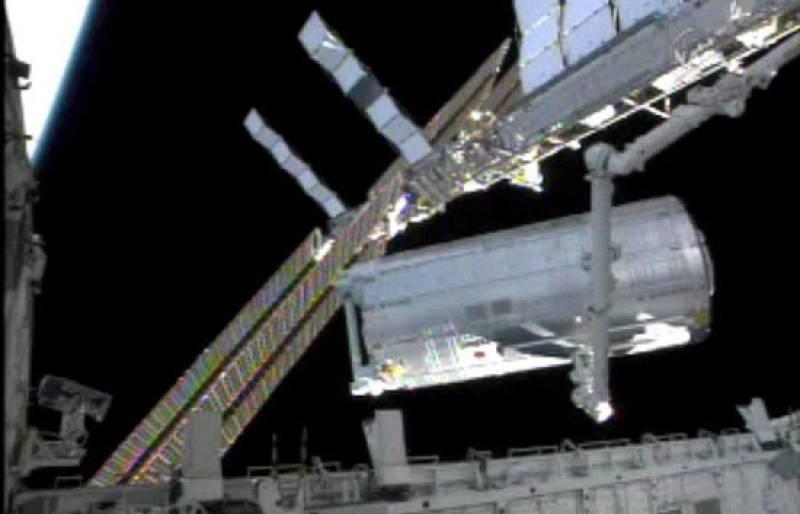 Los astronautas del Discovery prueban el brazo robótico