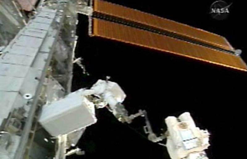 """Los astronautas Mike Fossum y Ron Garan han iniciado la tercera y última caminata de la misión del Discovery en la Estación Espacial Internacional (EEI), en la que completarán la instalación del laboratorio """"Kibo"""" y harán labores de mantenimiento."""