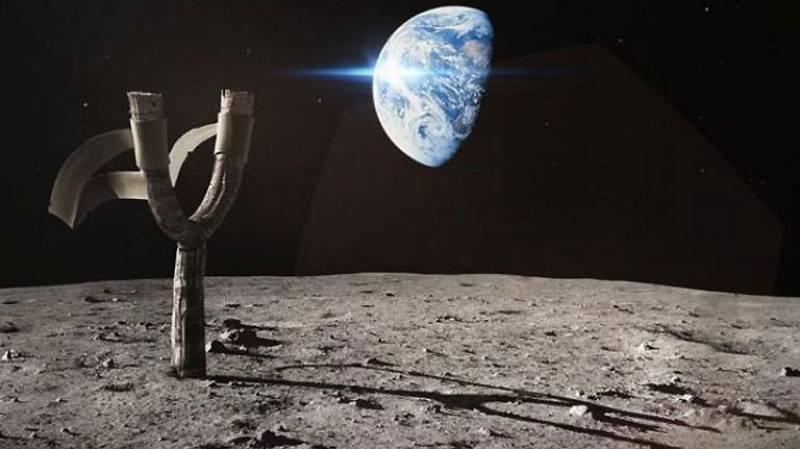 La NASA ha publicado un vídeo para presentar 'Angry Birds Space' en el que el astronauta estadounidense Dan Pettit, que se encuentra a bordo de la ISS, explica algunos conceptos de físicaEl astronauta ha creado un cerdo verde a partir de un globo y
